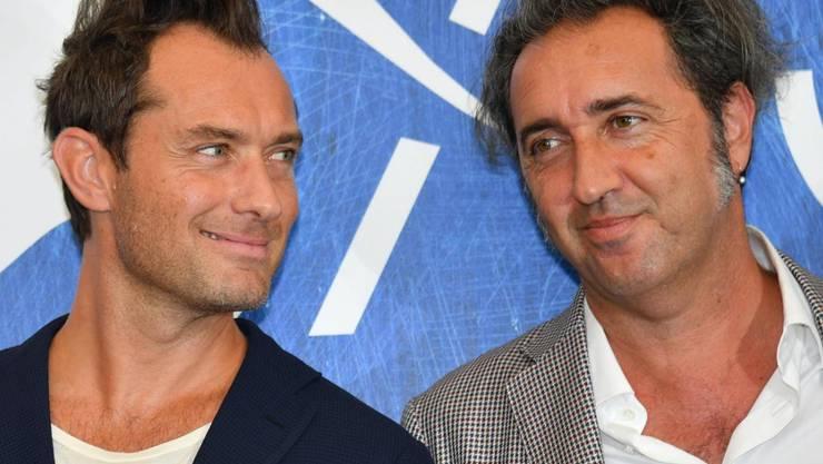 """Paolo Sorrentino (r) neben Jude Law, der in """"The Young Pope"""" die Hauptrolle spielte. Ob der britische Schauspieler bei der Fortsetzung der TV-Serie wieder dabei sein wird, ist noch nicht bekannt. (Archivbild)"""