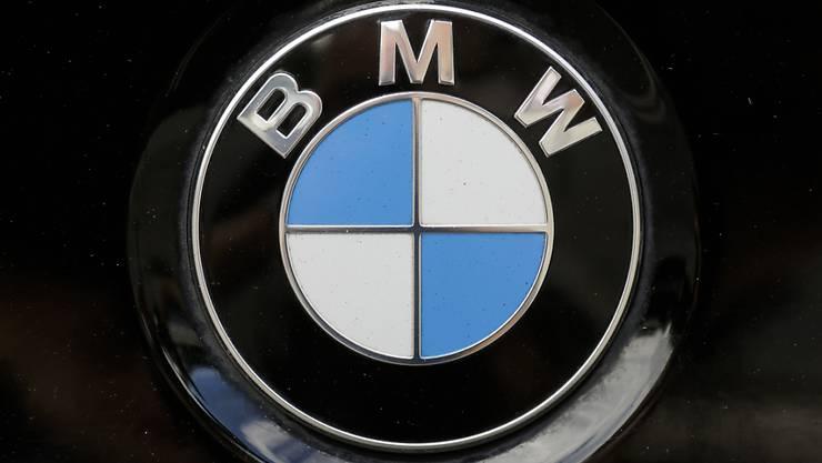 Der Autobauer BMW hat nach einem schwierigen Jahresbeginn im dritten Quartal den Betriebsgewinn (EBIT) um ein Drittel auf 2,3 Milliarden Euro gesteigert. (Archiv)