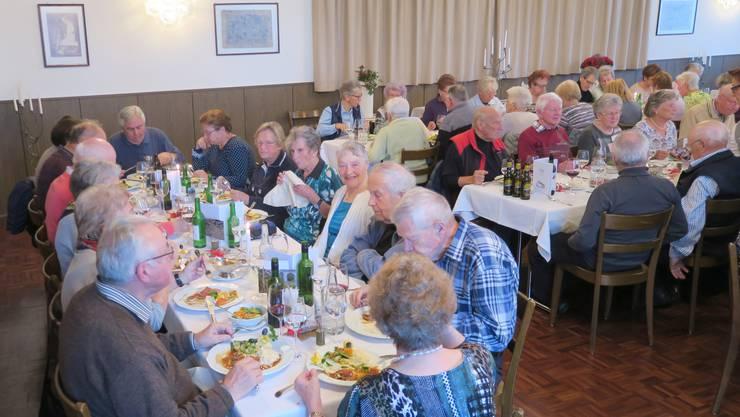 Gruppenbild beim Essen im Grüene Bode Bellikon