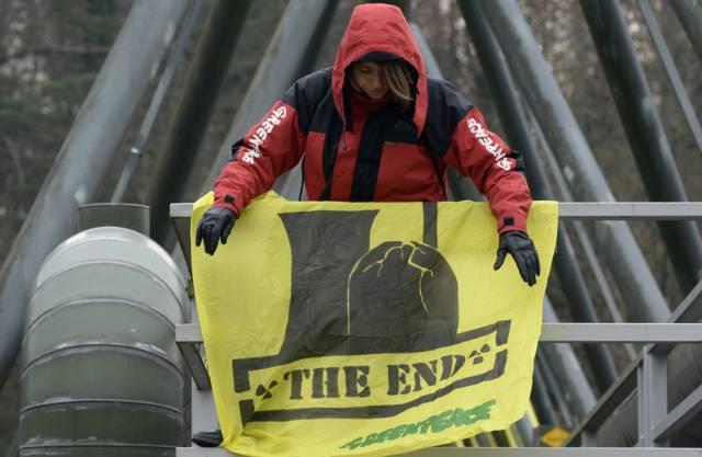 Eine Greenpeace-Aktivistin protestiert im März beim AKW Beznau