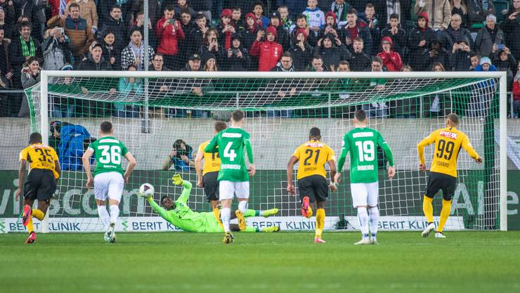 Der Moment der Aufregung: YB-Stürmer Hoarau verschiesst in der Nachspielzeit einen Penalty, erhält aber noch einmal eine Chance, weil sich St. Gallens Torhüter Zigi wohl ein kleines bisschen zu früh bewegt.
