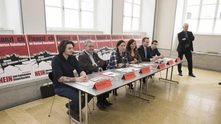 Simon Gomm (Junge SP Region Olten), Markus Baumann (SP), Laura Gantenbein (Grüne), Franziska Roth (SP), André Wyss (EVP) , Philip Svacha (Juso) und Felix Wettstein (Grüne) präsentieren ihre «Finanzloch-Kampagne» gegen die kantonale Steuerstrategie.
