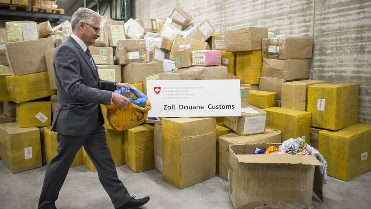 Heinz Widmer, Leiter der Zollstelle Zuerich Flughafen, präsentiert die beschlagnahmte Droge Khat.