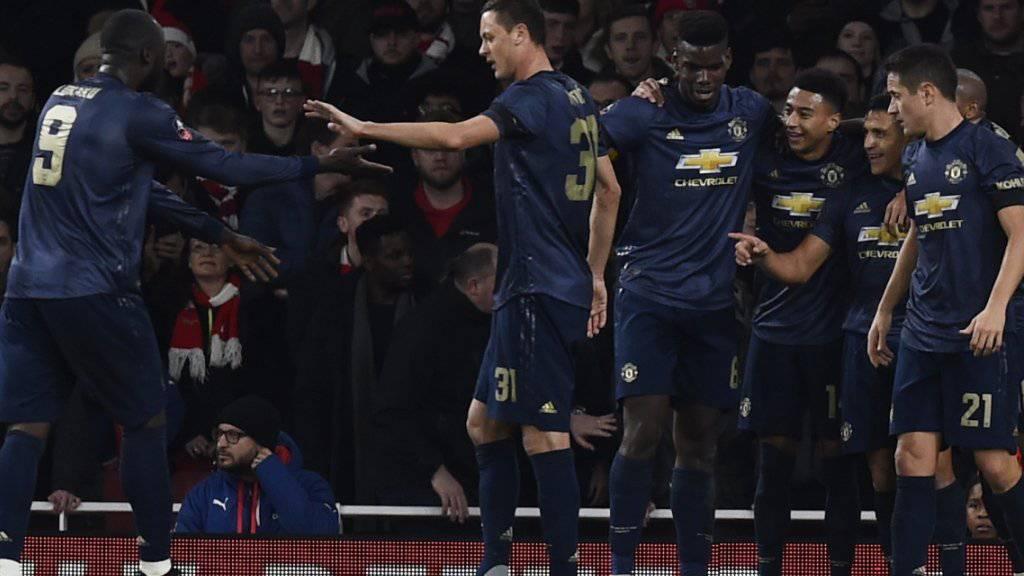 Alexis Sanchez (Mitte) feiert mit seinen Gefährten Manchester Uniteds 1:0
