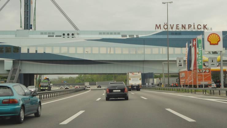 Bei der Autobahn-Raststätte in Würenlos flüchtete der 19-Jährige vor der Polizei. (Symbolbild)