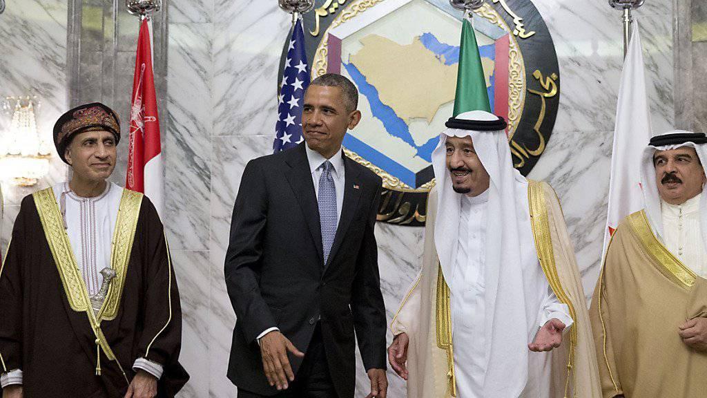 US-Präsident Barack Obama, links von ihm Omans Premierminister, rechts von ihm der saudische König und der König von Bahrain.