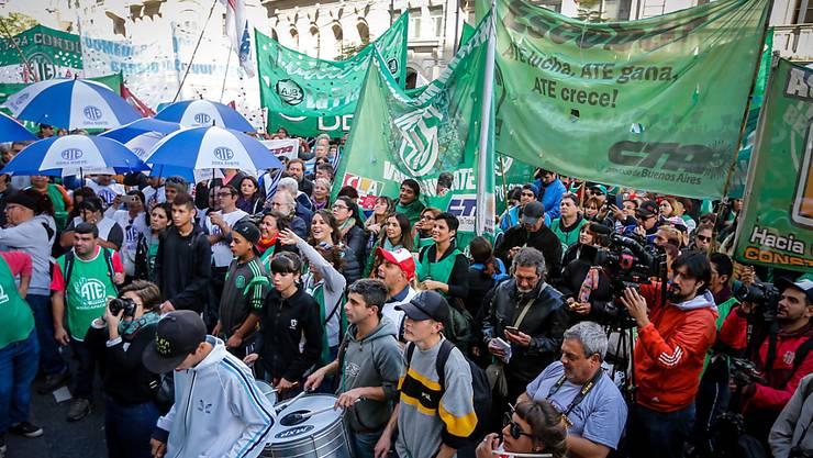 Die Demonstranten in Buenos Aires protestieren gegen die hohe Inflation, eine fallende Industrieproduktion, den Anstieg der Kosten öffentlicher Dienstleistungen sowie die hohe Arbeitslosigkeit. (Archivbild)