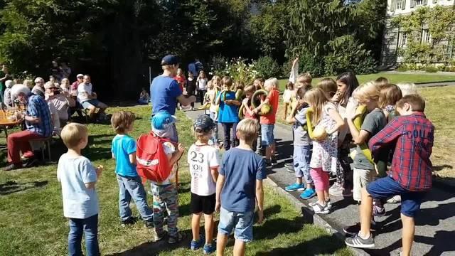 Hermesbühl-Schüler spielen am Suppentag auf Kürbissen Melodien