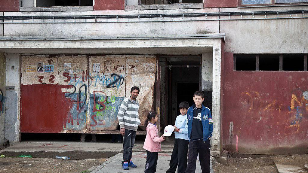 Roma vor einer heruntergekommenen Unterkunft in der Slowakei - vor allem die Roma werden in der EU nach wie vor diskriminiert. (Archiv)