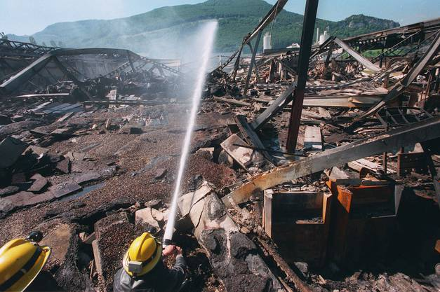 Nachlöscharbeiten am Brandplatz der Tela in Niederbipp