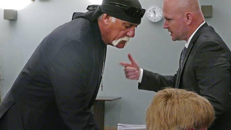 Hulk Hogan letzten Mittwoch bei dem Gerichtstermin, bei dem sein Anspruch auf 140 Millionen Dollar von Gawker bestätigt wurde. Nachdem schon Hogan von einem Milliardär unterstützt wurde, schlägt sich jetzt ein anderer auf die Seite von Gawker. (Archivbild)