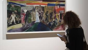 """Das Bild """"Die Hochzeit"""" im Kunstmuseum Basel. Die Ausstellung """"Chagall - Die Jahre des Durchbruchs 1911-1919"""" fokussiert auf das Frühwerk Marc Chagalls."""