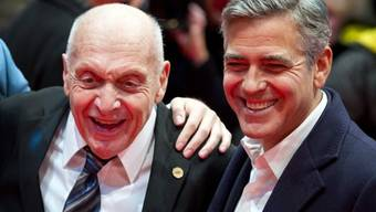 Zeitzeuge Harry Ettlinger (l) und George Clooney in Berlin