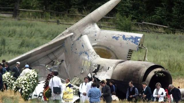 Angehörige besuchen das Wrack des Flugzeuges in Überlingen drei Tage nach dem Absturz im Juli 2002 (Archiv)