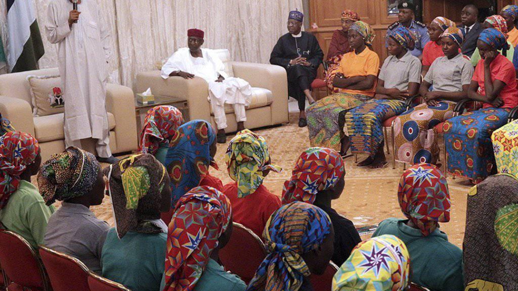 Der nigerianische Präsident Muhammadu Buhari traf die am Vortag im Rahmen eines Gefangenenaustausches befreiten Schülerinnen und versprach ihnen Hilfe.