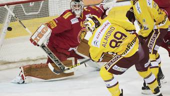 Tigers-Goalie Damiano Ciaccio in grösster Bedrängnis