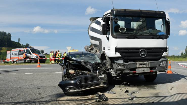Im Unfallauto wurden zwei Personen verletzt, nachdem sie in Gettnau mit einem Lastwagen kollidiert waren.