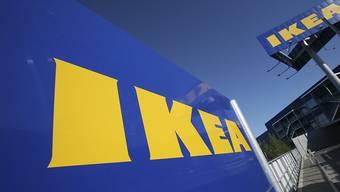 Der schwedische Möbelkonzern Ikea will künftig Möbel auch vermieten. Getestet wird das Miet-Modell unter anderem in der Schweiz. Zudem will der Konzern mit kleineren Läden in die Städte ziehen.(Archivbild)