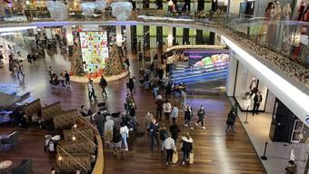 Am Freitagmorgen sind bereits die ersten Schnäppchenjäger im Shoppi Tivoli in Spreitenbach.