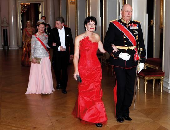 König Harald begleitet 2010 Doris Leuthard zu einem GalaDinner im Palast in Oslo.