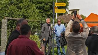 Regierungsrat Peter Gomm und Ständerat Roberto Zanetti mit dem symbolischen Wegweiser. Fotos: Martin Töngi