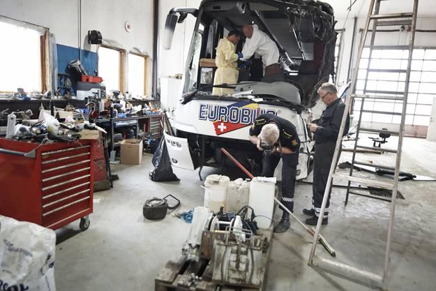 Der Unglücksbus wird am Tag nach dem Unfall in einer Werkstatt von norwegischen Spezialisten untersucht.