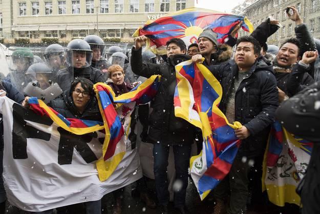 """Nicht alle sind über den Besuch Chinas erfreut: Tibeter protestieren in Bern für ein """"freies Tibet""""."""
