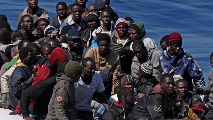 Bootsflüchtlinge aus Afrika, die ans italienische Festland gebracht werden (Archiv)