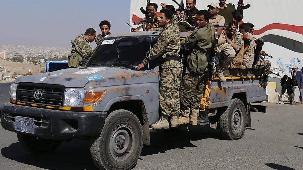 Huthi-Kämpfer in Jemens Hauptstadt Sanaa: Die Konfliktparteien halten sich offenbar an die Waffenruhe, die für die Dauer der Friedensverhandlungen ausgerufen worden war.