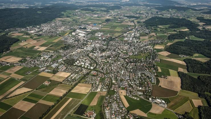 Luftaufnahme vom Bünztal, im Vordergrund die Agglomeration Wohlen, am linken Bildrand die Gemeinde Villmergen.
