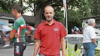 Zwischen Radfahrern und Samariterposten: OK-Präsident Stefan Rauber am Abendrennen.