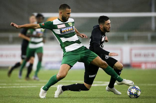 Und immer wieder Petar Misic: Der FCA-Spieler kommt trotz beherztem Einsatz von Albin Sadrijaj (l.) zu mehreren Chancen, kann aber noch nicht reüssieren.
