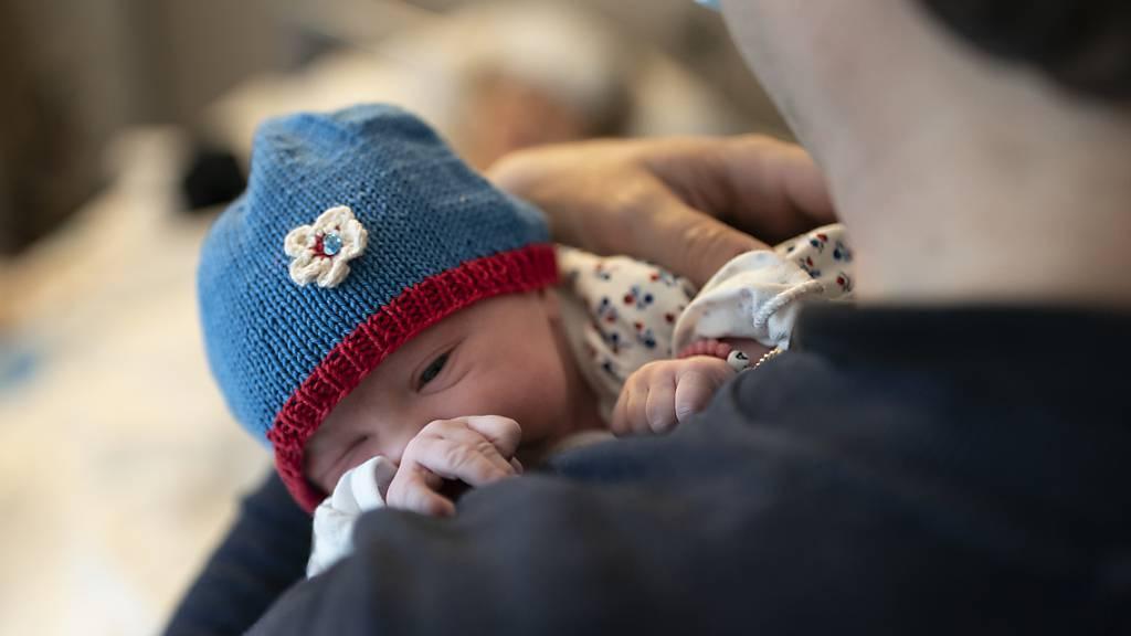 UBS legt beim Vaterschaftsurlaub zwei zusätzliche Wochen drauf