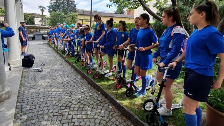 Am morgen fuhren die Spielerinnen jeweils gemeinsam mit dem Trottinett zum Fussballplatz.