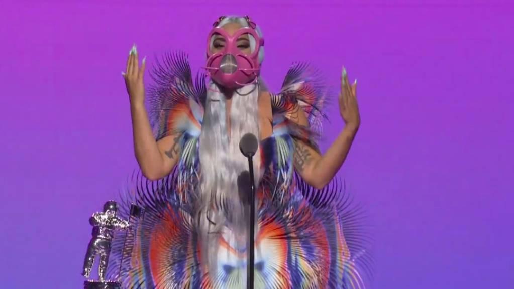 Dieses von MTV zur Verfügung gestellte Videostandbild zeigt Lady Gaga, die während der MTV Video Music Awards den Preis für die beste gemeinsame Arbeit für «Rain on Me» annimmt.
