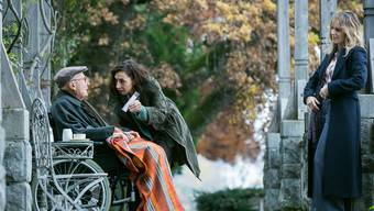 Tessa Ott (Carol Schuler) und Isabelle Grandjean (Anna Pieri Zuercher) verhören die Protagonisten der Vergangenheit: Was weiss  der ehemalige Polizist Max Alpiger (Hans Hollmann), was verschweigt er?