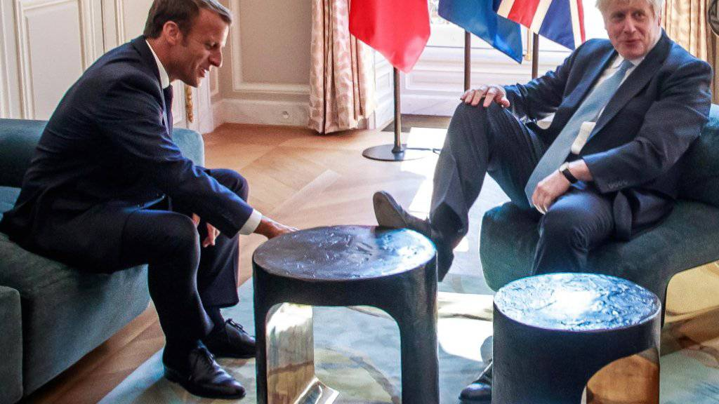Nicht die feine englische Art: Der britische Premier Boris Johnson kritisiert böse Kommentare für seinen «informellen Ansatz» beim Treffen mit dem Französischen Präsidenten Emmanuel Macron.