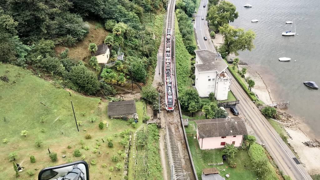 Zum Beispiel San Nazzaro: Der Blick aus dem Helikopter zeigt die beim Unwetter verschüttete Kantonsstrasse und Zugstrecke.