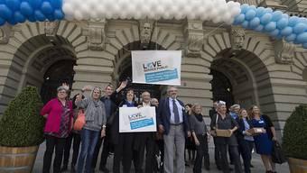 """Die Angestellten des Bundes kämpfen um Anerkennung: Im Sommer lancierten sie mit einer Aktion die Kampagne """"Love Service Public"""". Nun reichten sie eine Petition gegen den drohenden Stellenabbau ein. (Archiv)"""
