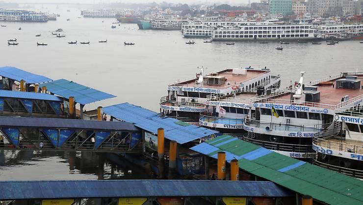 """Die Schiffe blieben in Bangladeschs Hauptstadt Dhaka im Hafen. Die Behörden haben angesichts des drohenden Zyklons """"Bulbul"""" den Bootsverkehr aus Sicherheitsgründen eingestellt."""