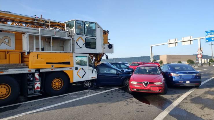 Lupfig AG, 25. Juni: Bei einer Kollision auf der A3-Ausfahrt kam es zur Kollision eines Pneukrans mit sechs Fahrzeugen. Zwei Personen wurden leicht verletzt.