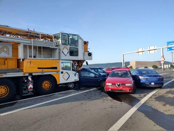 Lupfig AG, 25. Juni: Bei einer Kollision auf der A3-Ausfahrt bei Brugg kam es zur Kollision zwischen mehrere Fahrzeugen, darunter einem Pneukran. Es kam zu Staus. Weitere Informationen folgen.