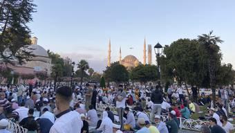 Hunderte Gläubige hatten sich zum Opferfest vor der Hagia Sophia versammelt. Experten fürchten, dass solche Zusammenkünfte Folgen für die Coronazahlen haben werden.