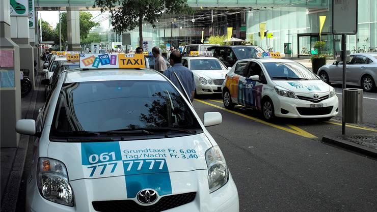 Die wegen neuen Bundesrechts nötige Totalrevision des Taxigesetzes soll die Qualität des Basler Taxigewerbes verbessern. (Archivbild)