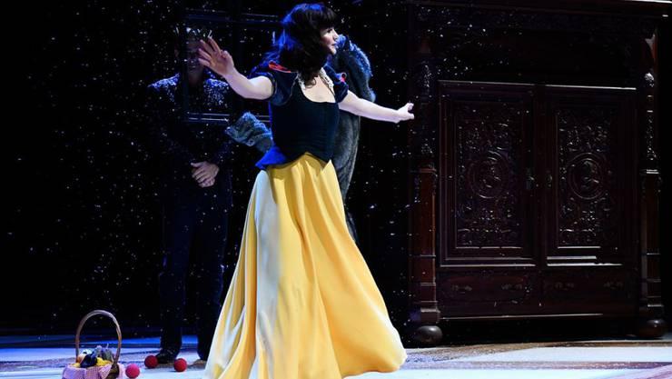 """Nicolas Stemann inszeniert für das Schauspielhaus Zürich das Weihnachtsmärchen """"Schneewittchen Beauty Queen"""" nach den Brüdern Grimm. Giorgina Hämmerli spielt die Hauptrolle. Premiere war am 10. November 2019."""