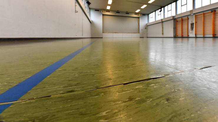 Wegen Mängeln wie etwa Risse im Bodenbelag verabschiedete die Gemeindeversammlung Härkingen einen Kredit von 130'000 Franken für die Sanierung der Mehrzweckhalle.