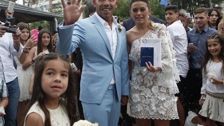 Jetzt wird gefeiert: Nach langjähriger Beziehung und drei Kindern hat der argentinische Fussballer Carlos Tevez seine Partnerin Vanesa Mansilla geheiratet.