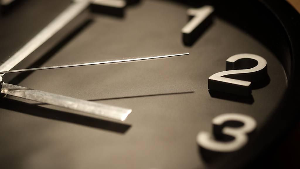 Uhren sind um eine Stunde vorgestellt worden
