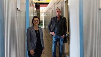 Pia Maria Brugger Kalfidis und Stephan Müller vom kantonalen Sozialdienst in der Corona-Isolierstation.