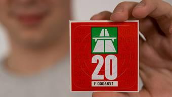 Die neue Autobahnvignette hat die Grundfarbe «rot metallic».